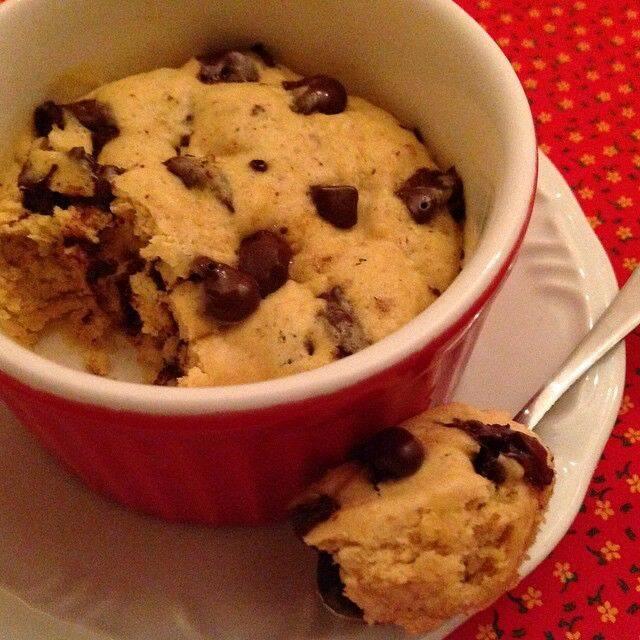 INGREDIENTES 1 colher (sopa) de manteiga em temperatura ambiente 1 colher (sopa) de açúcar cristal 1 colher (sopa) de açúcar mascavo 1/2 colher (chá) de essência de baunilha 1 gema 1/2 colher (chá) de fermento em po 1 pitada de sal 50 g de gotas de chocolate (ao leite ou meio amargo) 1/4 de xícara de farinha de trigo (Foto: Reprodução/ Pinterest)