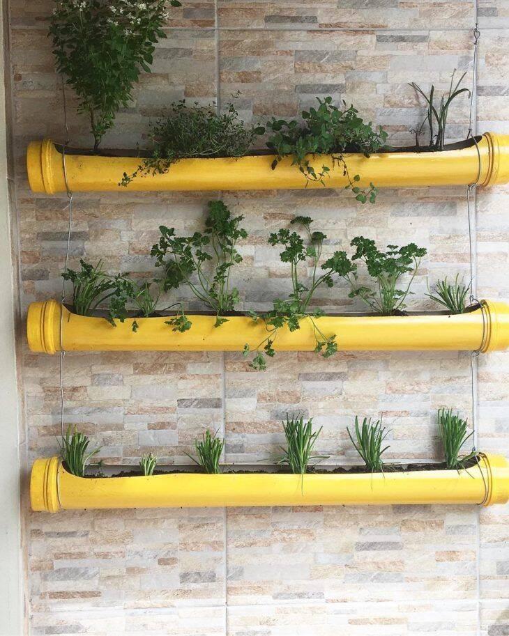 Uma opção para quem quer começar uma horta e possui pouco espaço para isso, é a horta suspensa. (Foto: Reprodução/ Pinterest)
