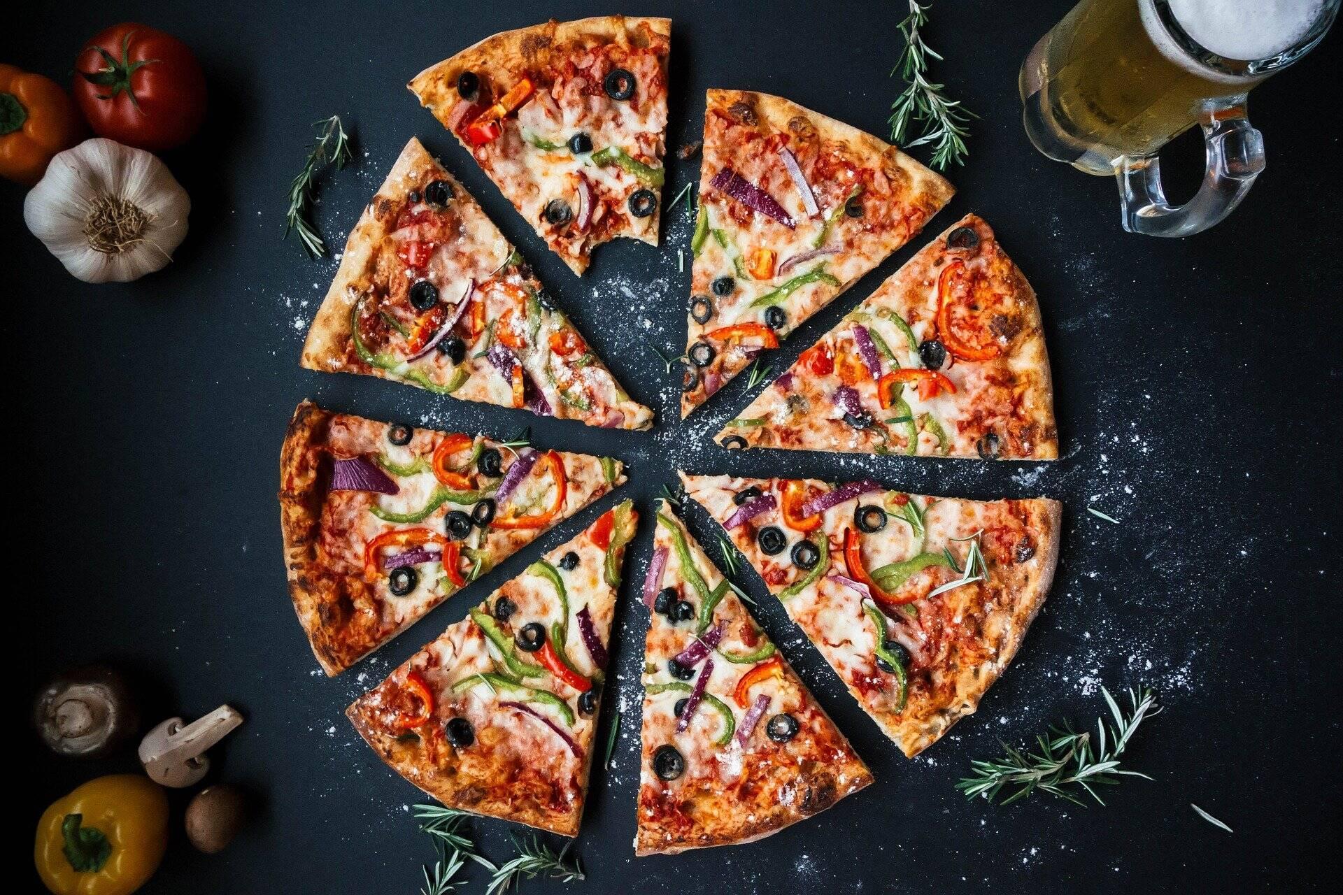 Modo de preparo: Em uma tigela limpa e seca, misture o purê de abóbora / abóbora, ovo, farinha, aveia e temperos. Você vai ter uma pasta, não se preocupe, trabalhe com paciência. Assim que os ingredientes estiverem integrados, estique em uma assadeira de pizza untada com óleo (coloque água na palma das mãos para facilitar), em seguida acrescente o molho de tomate (processe um tomate com um fiozinho de azeite, sal e pimenta). Leve ao forno em fogo alto temperatura por cerca de 20 minutos até que um piso seja formado. Coloque os fetas de cream cheese e leve ao forno novamente até gratinar. (Foto: Pexels)