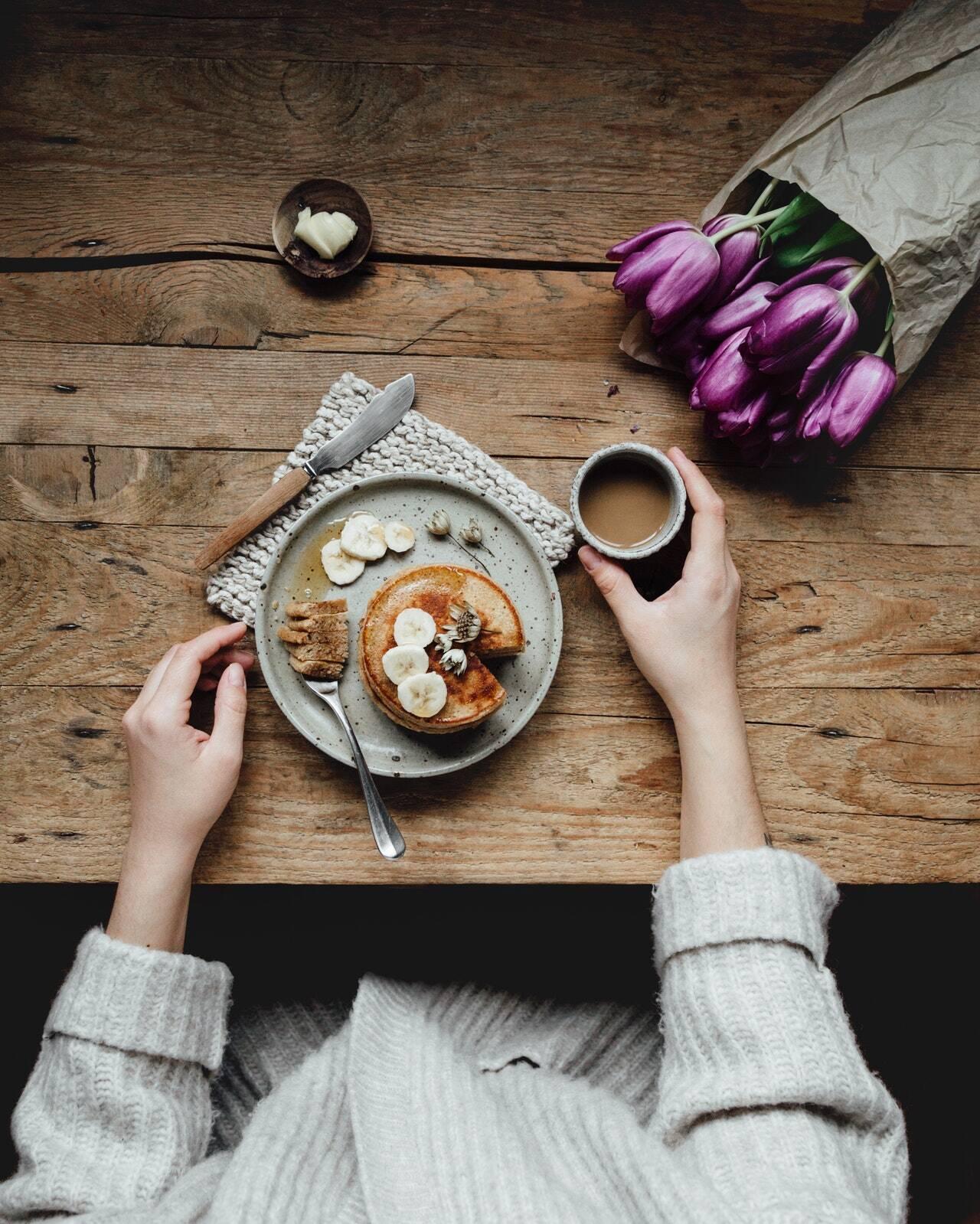 2 colheres de sopa de açúcar; 1 xícara de chá de farinha de trigo; ½ xícara de chá de leite; 1 colher de sopa de vinagre de maçã; 1 unidade de ovo; 1 colher de sopa de fermento de bolo; 1 pitada de sal; 2 unidades de maçãs pequenas; 1 colher de chá de Extrato de Baunilha; ½ unidade de limão e 1 colher de sopa de manteiga para untar a frigideira. (Foto: Pexels)
