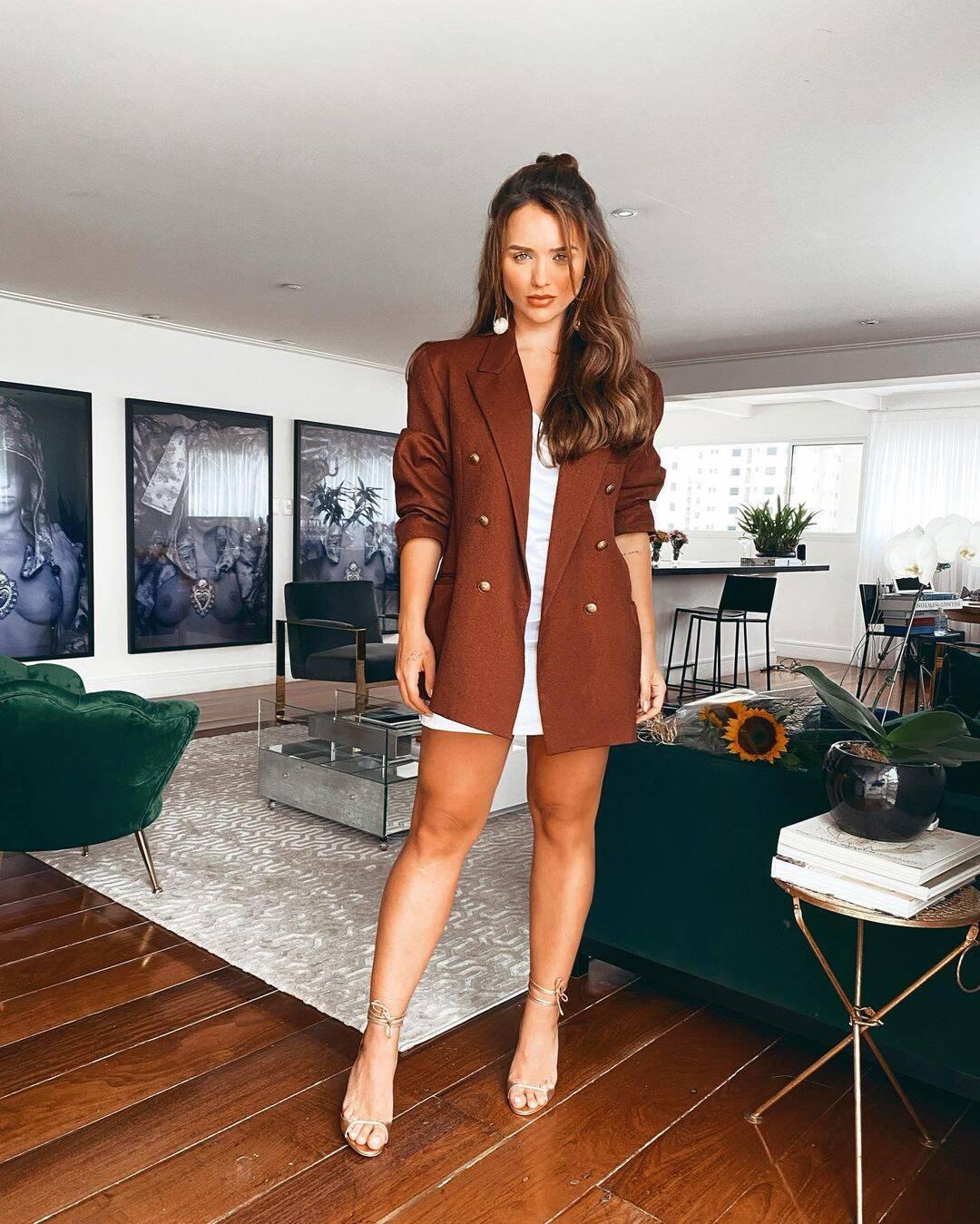 A combinação de slip dress com blazer é ousada e estilosa. (Foto: Instagram/ @rafakalimann)