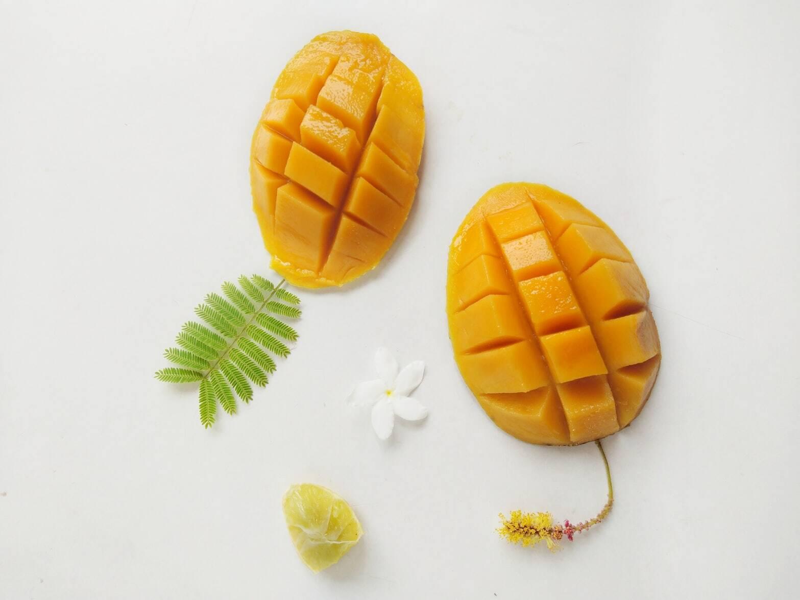 Pique as mangas e as bananas, coloque-as no liquidificador com o coco fresco ralado e bata bem. (Foto: Pexels)