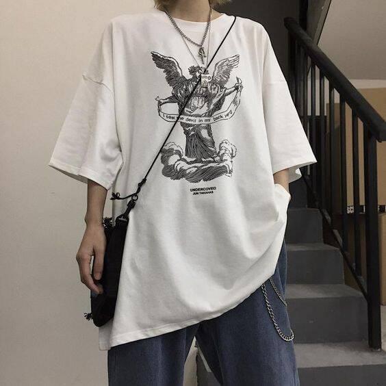 Camiseta branca larga com alguns acessórios. Complementos sempre fazem diferença (Foto: Pinterest)