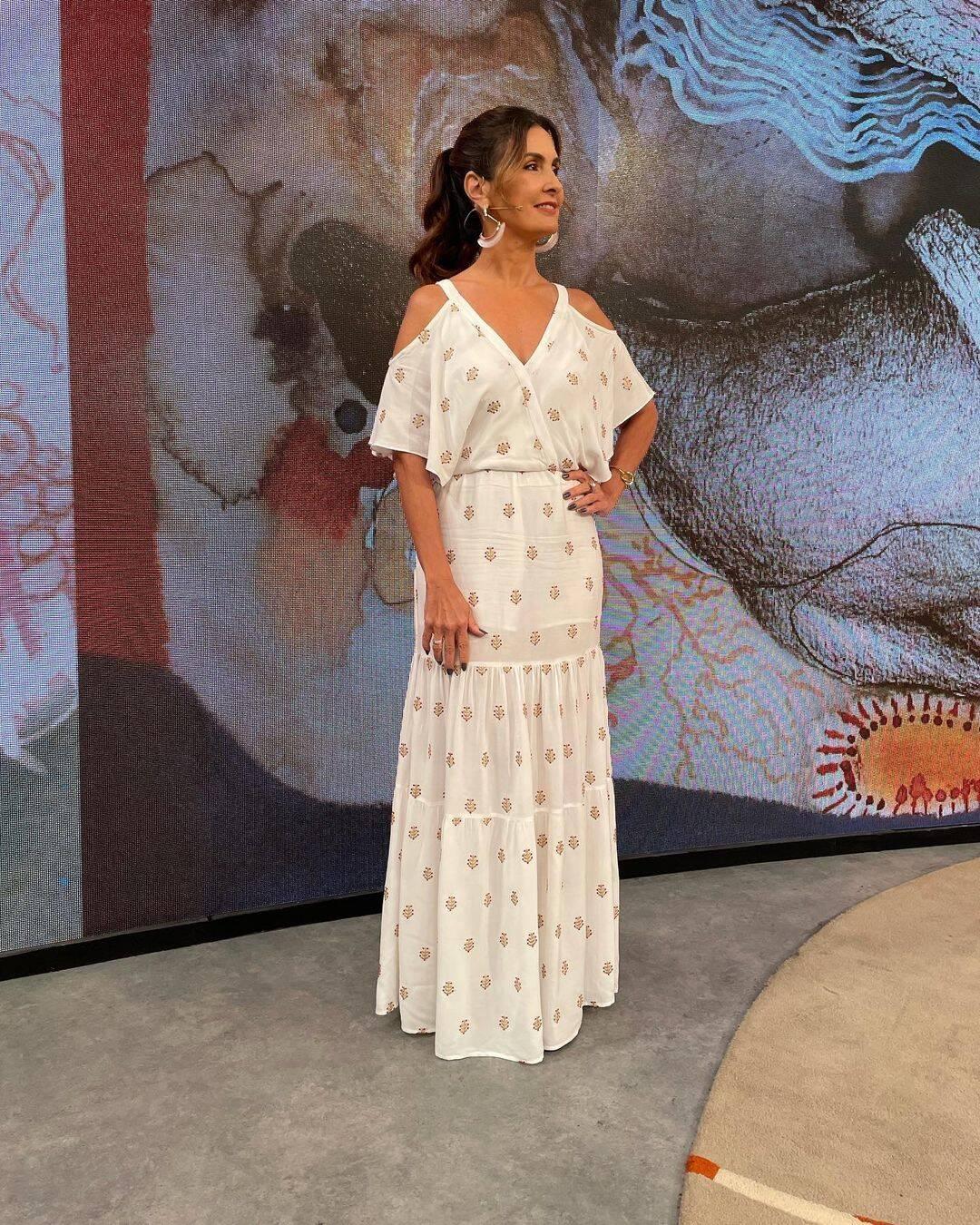 De vestido branco a apresentadora ficou um charme (Foto: Instagram/ @fatimabernardes)