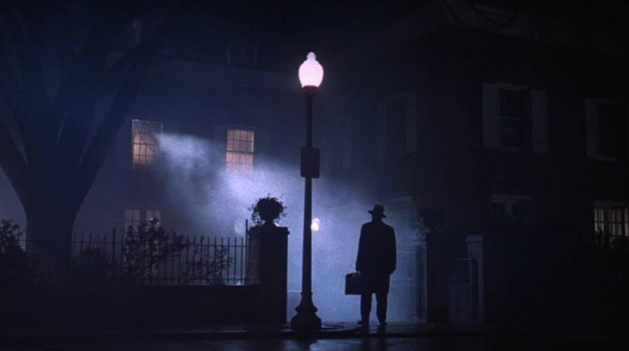 O primeiro acidente a ficar famoso foi um incêndio que tomou conta do set e atrasou a produção por 6 semanas. A equipe relatou que apenas o quarto de Regan, a criança possuída, ficou intocado pelas chamas. (Foto: Reprodução/ Pinterest)
