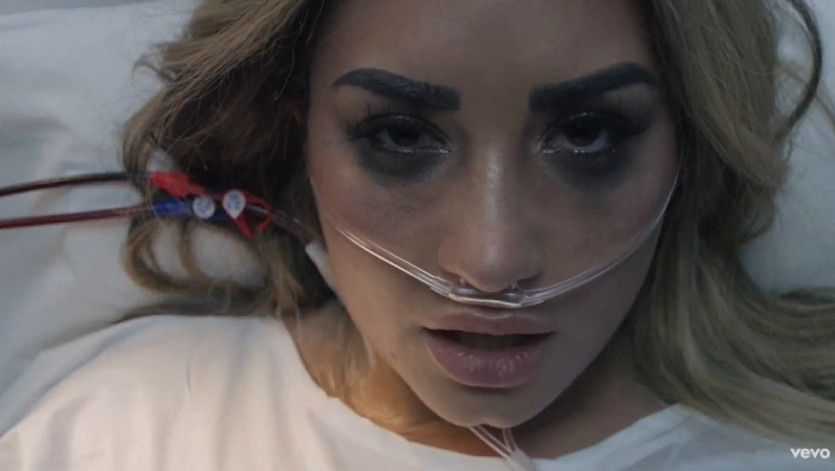 Após passar mal, a cantora aparece em uma maca no hospital, com sua família chorando ao seu lado, entre outros momentos que ela relatou em seu novo documentário, também de mesmo nome. (Foto: Reprodução/YouTube)