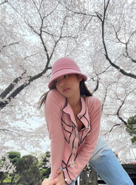 A combinação chapéu e blusa rosa ficou um arraso. (Foto: Instagram/ @
