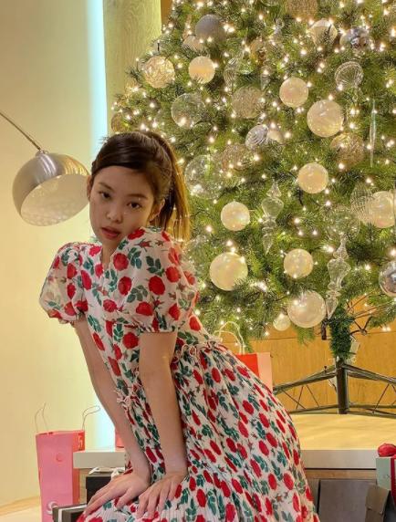 Jennie também manda a ver em visuais mais delicados. (Foto: Instagram/ @