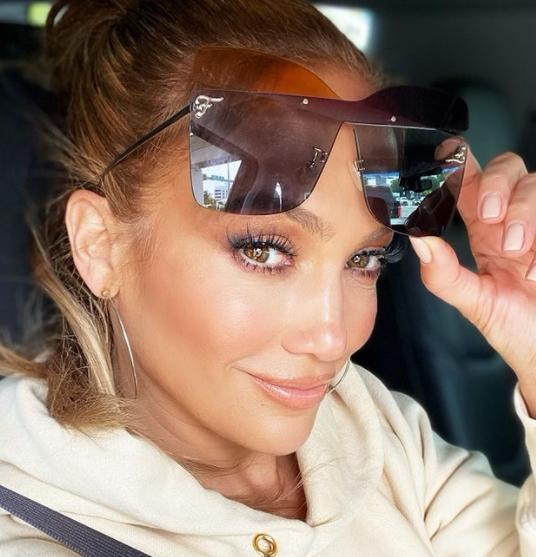 Jennifer já fez uma parceria musical com o cantor brasileiro Roberto Carlos. O single se chama