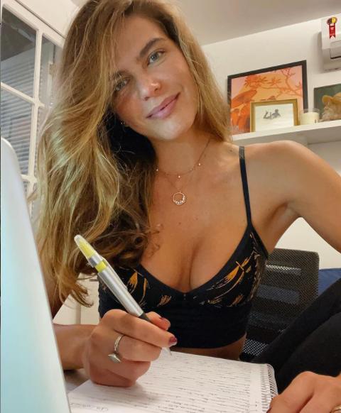 A modelo revelou que se arrependeu por ter feito o procedimento estético (Foto: Instagram/ @marianagoldfarb)