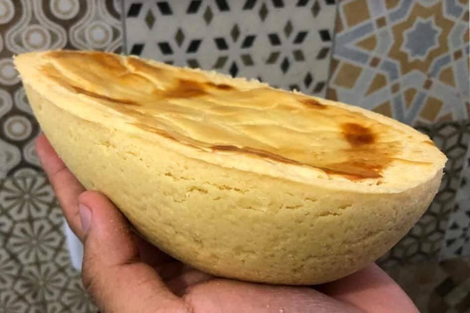 MODO DE PREPARO: MASSA Em uma tigela, misture o trigo e a manteiga até obter uma farofa. Acrescente os demais ingredientes e amasse bem até obter uma massa lisa. Embrulhe em papel filme e leve à geladeira por aproximadamente 30 minutos. (Foto: Reprodução/ Pinterest)