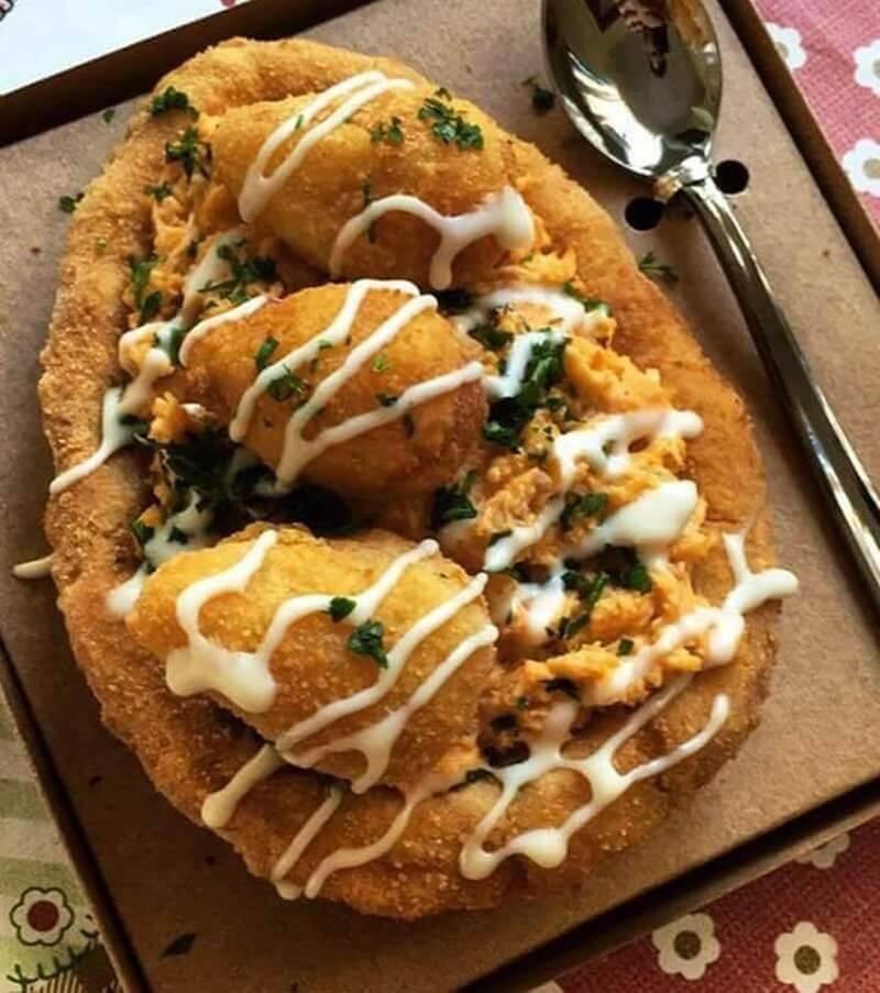 Adicione o alho, frite por mais alguns minutos e acrescente o frango desfiado. (Foto: Reprodução/ Pinterest)