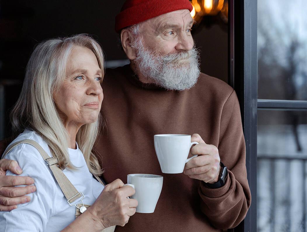 Casal de idosos em momento de reflexão (Foto: Mart Production / Pexels)