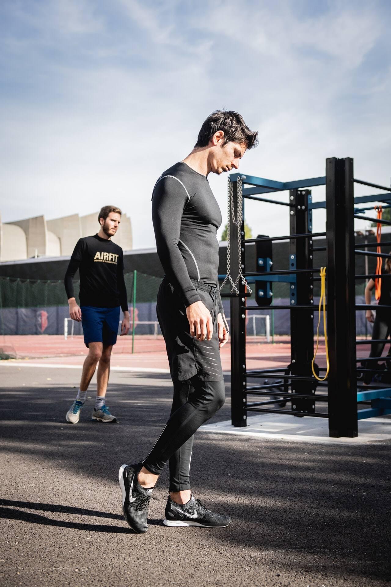 Este exercício é ideal para começar, será sempre eficaz e seguro. Basta colocar as palmas das mãos ou cotovelos no chão ou afastar ligeiramente as pernas para que fiquem alinhadas com os quadris. A ideia é sustentar o próprio peso, contraindo glúteos, coxas e abdômen. Você pode resistir de 15 segundos a 1 minuto. (Foto: Pexels)