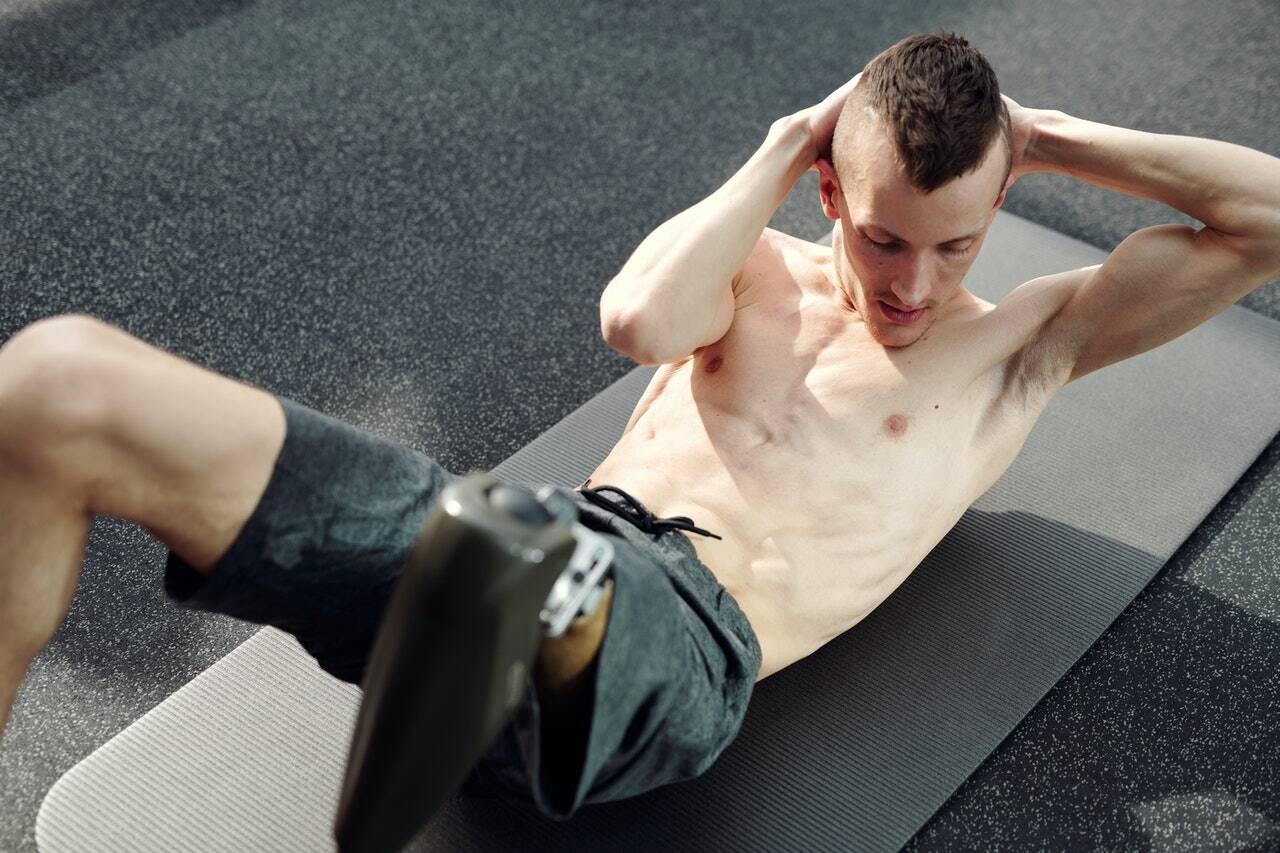 Como a prancha simples, você deve se deitar de bruços no chão. (Foto: Pexels)