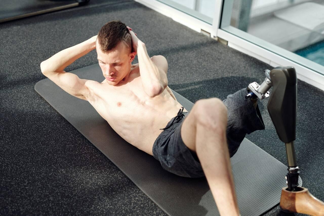 Como a prancha simples, você deve se deitar de bruços no chão. Em seguida, você levanta o corpo mantendo o peso nos antebraços e na planta dos pés. (Foto: Pexels)