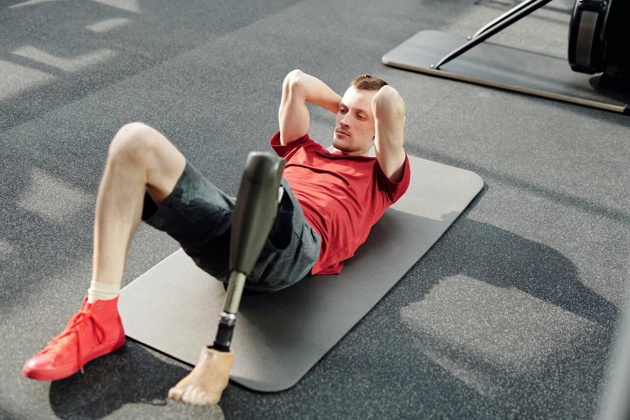 Nesse caso, você deve colocar apenas um antebraço no chão com o corpo completamente voltado para o lado. O peso da parte inferior do corpo estará em um pé. (Foto: Pexels)