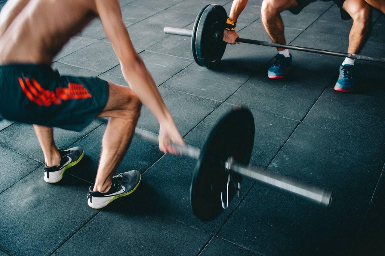 Exercício de agachamento com bola - Em pé, coloque uma bola de exercícios entre a parede e a parte inferior das costas. Fique em uma postura ampla com os pés mais largos do que a largura dos ombros e os dedos dos pés apontando para fora. Mantenha os braços estendidos na frente do corpo para manter o equilíbrio. (Foto: Pexels)