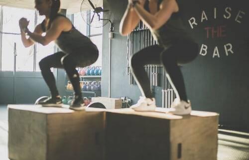 Agachamento com levantamento de perna com faixas de resistência (Foto: Pexels)
