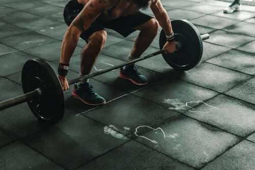 Traga os quadris para trás enquanto dobra os joelhos. Continue descendo até que suas coxas fiquem paralelas ao chão. (Foto: Pexels)