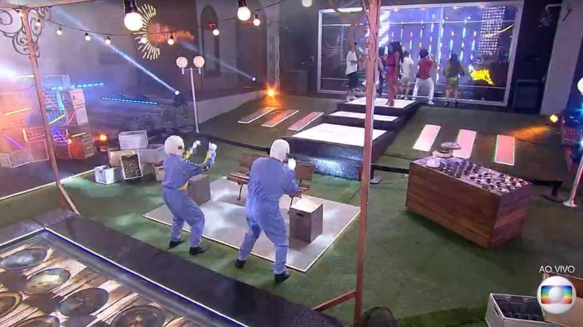 Boninho e o dummy não identificado dançaram muito com Pabllo Vittar (Foto: Reprodução/Globo)