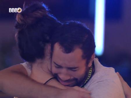 O brother emocionou-se na comemoração (Foto: Reprodução/Globo)