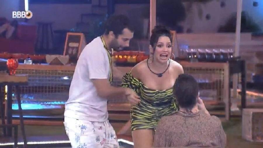 Gilberto tentou dar um selinho triplo em Fiuk e Juliette, mas a amiga recusou (Foto: Reprodução/Globo)