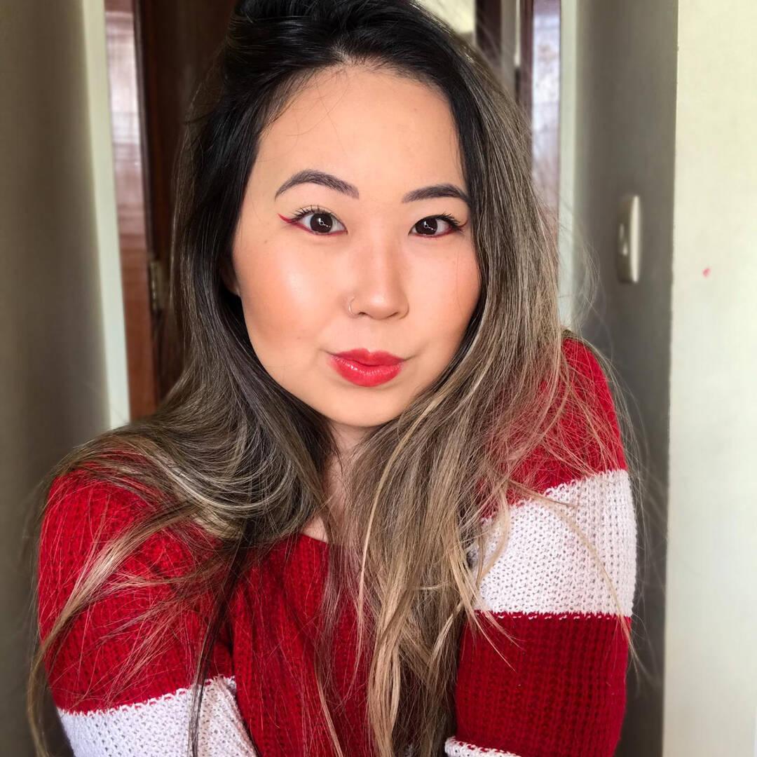 O estilo invertido destaca o olhar e valoriza a beleza das mulheres de origem ou descendência asiática. (Foto: Instagram/ @bruna.tukamoto)