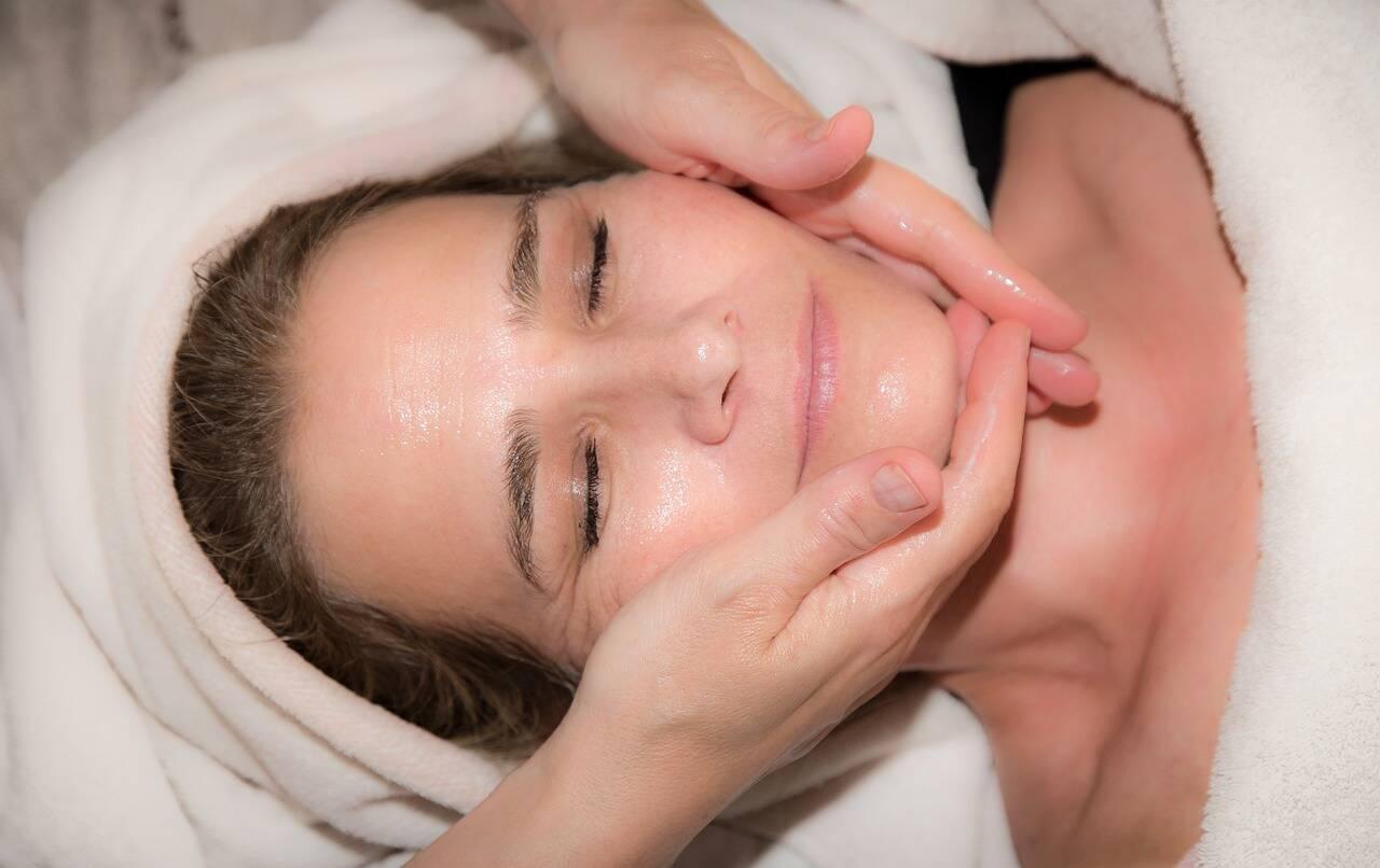 Seque o rosto com cuidado e aplique o creme que você usa normalmente. Se a sua pele for oleosa, use cremes que não utilizem óleos em sua composição. (Foto: Pexels)