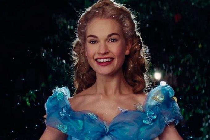 """""""Cinderela"""" - A atriz estrelou o live-action da Disney ao lado de Richard Madden, como o Príncipe Encantado, e Cate Blanchett, como a madrasta Lady Tremaine. (Foto: Divulgação)"""