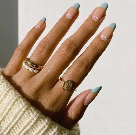 Assim como as unhas com detalhes minimalistas. (Foto: Reprodução/ Pinterest)