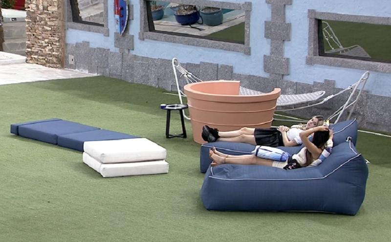 Viih Tube e Juliette conversaram após a formação do paredão no BBB 21. (Foto: Reprodução/ Globo)