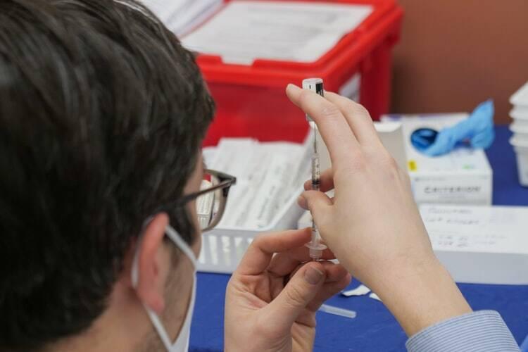 A Fiocruz entregou 8,1 milhões de doses da vacina de Oxford-AstraZeneca até 2 de abril e prevê mais 18,4 mi até o início de maio. (Foto: Unsplash)