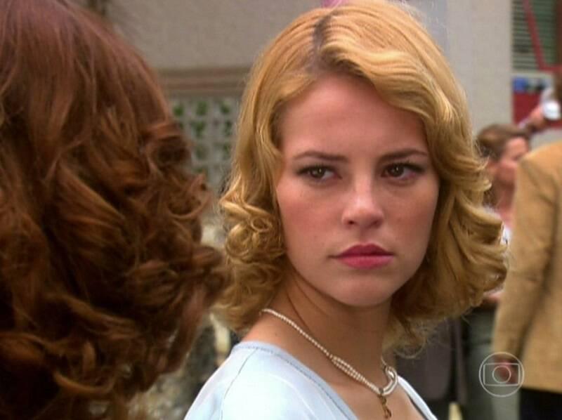 """Sônia em """"O Profeta"""", em 2006 - Na trama, a primeira protagonista de Paolla abandonou um longo relacionamento para viver uma grande paixão com Marcos, vivido por Thiago Fragoso. (Foto: Divulgação/ Globo)"""