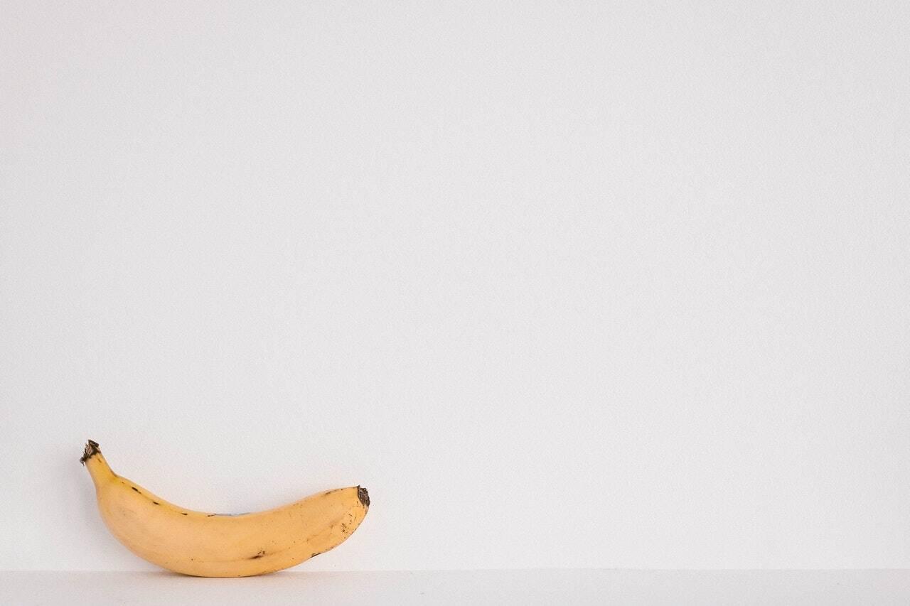 Quando cozida, a banana verde apresenta um amido resistente, definido como prébiótico. Essa substância funciona como alimento dos lactobacilos, mantendo-os vivos. Quando uma pessoa desenvolve gastrite, seu estômago é povoado com bactérias más, ocasionando déficit de bactérias boas. Ao ingerir a biomassa, os lactobacilos permanecem vivos, auxiliando na recuperação do tecido, como explica a nutricionista Fernanda Granja. (Foto: Pexels)
