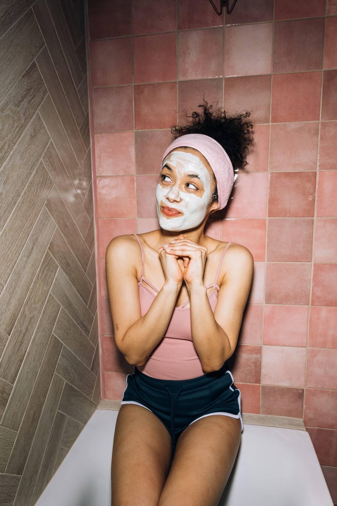 Lembre-se de lavar o rosto antes de aplicar a máscara para potencializar os efeitos. A máscara deve agir por 20 minutos e depois basta retirá-la com água morna ou em temperatura ambiente e, em seguida, passar o creme para o rosto que você está acostumada a usar diariamente. (Foto: Pexels)