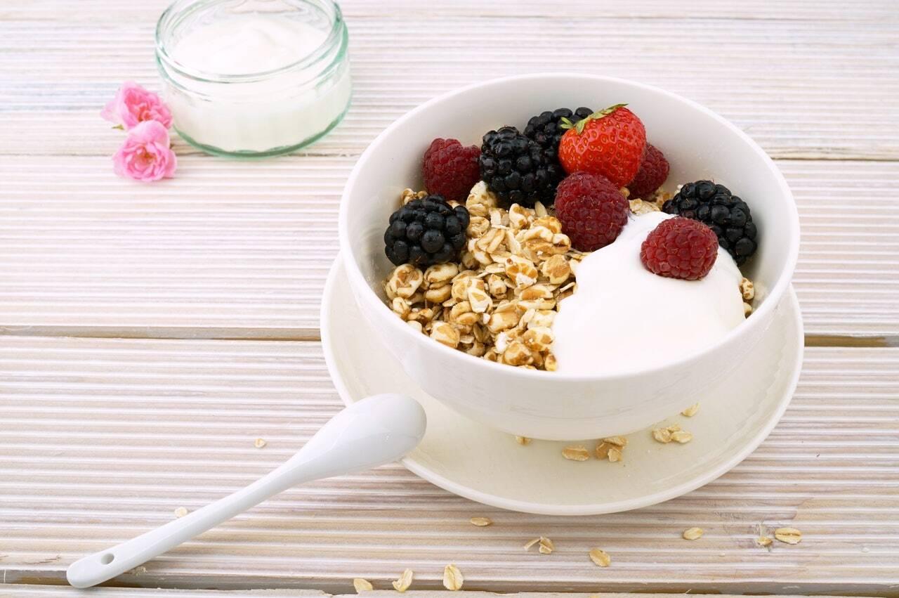 Às vezes, a gastrite mata as bactérias boas do estômago e, e sem elas, o tecido não se recupera. A reposição dos lactobacilos é importante para povoar o estômago com bactérias benéficas e, assim, para a cura da gastrite. Lactobacilos são encontrados em iogurtes e, até mesmo, vendidos em pó.(Foto: Pexels)