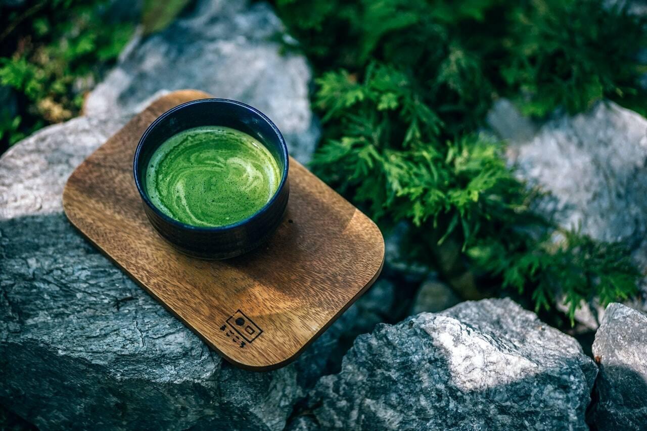 Outro alimento selecionado para nossa lista é o chá verde. Isso porque ele possui propriedades que estimulam o metabolismo das gorduras, fazendo com que nosso corpo as consuma e, assim, não virem tecido adiposo. Além disso, sua ingestão prolonga a saciedade, diminuindo a sensação de fome. Mas os benefícios dele não param aí. Esse chá também é rico em vitaminas (como a A, a B e a C) e antioxidantes (como os flavonoides) que ajudam a fortalecer o sistema imunológico e retardar o envelhecimento. (Foto: Pexels)