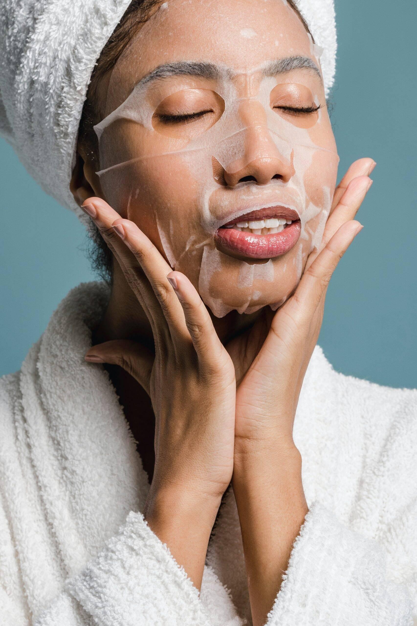 Antes de tomar banho, aplique essa mistura no rosto e tenha bastante cuidado para não esfregar a área dos olhos. (Foto: Pexels)