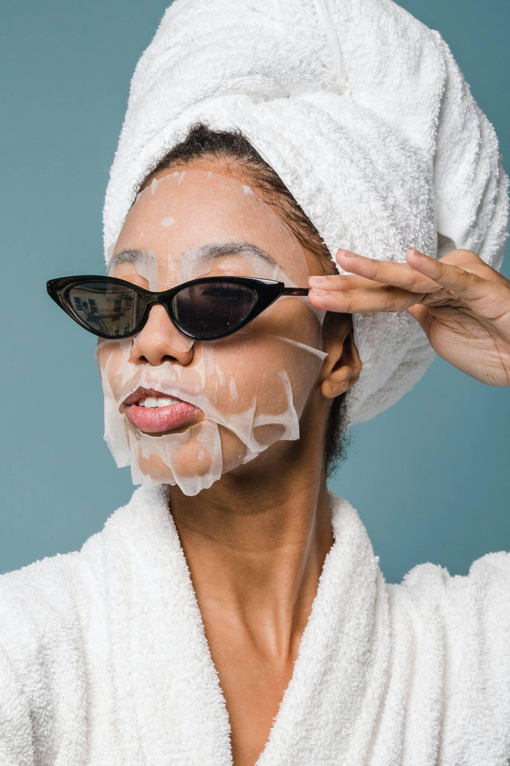 Faça movimentos circulares e tenha controle da força para não agredir a pele. Na área dos olhos, aplique a máscara com bastante cuidado. (Foto: Pexels)