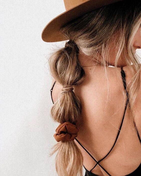 O penteado também pode ser soltinho e complementado com scrunchies, por exemplo. (Foto: Reprodução/ Pinterest)