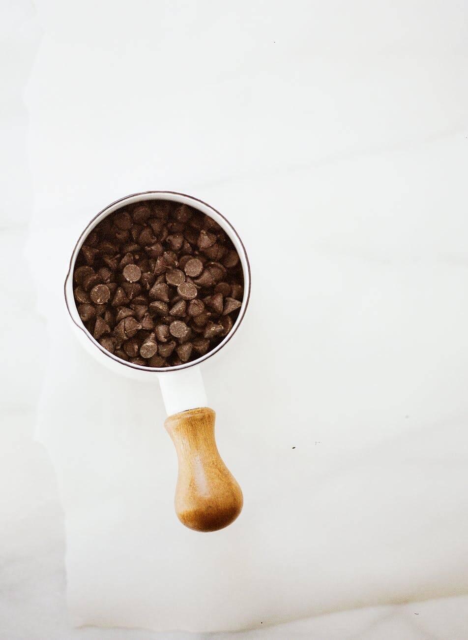 Modo de preparo: Derreta o chocolate meio amargo e a manteiga, misture até ficar homogêneo e reserve. Junte os ovos, a farinha de trigo, o sal e o açúcar e misture bem. (Foto: Pexels)