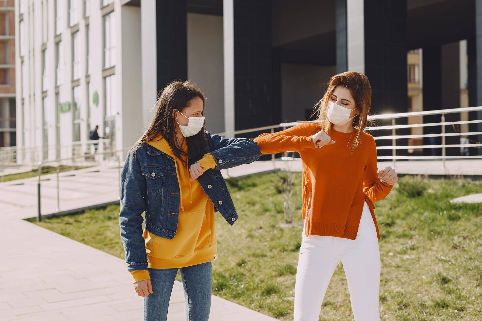 Evite contato próximo - Apertos de mão, abraços e beijos no rosto devem ser evitados. (Foto: Pexels)