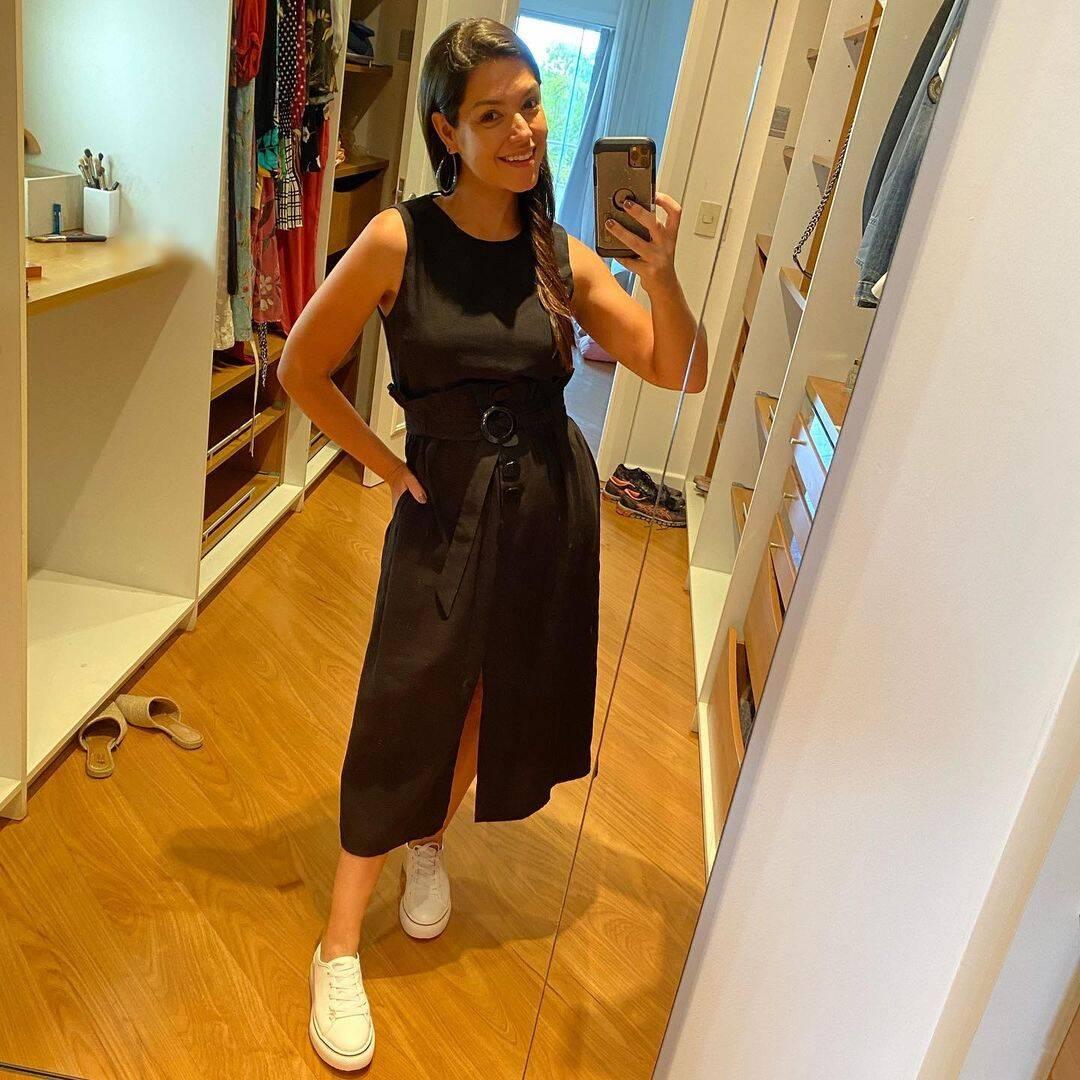 Ela aposta em looks leves, clássicos e confortáveis. (Foto: Instagram/ @tatafersoza)