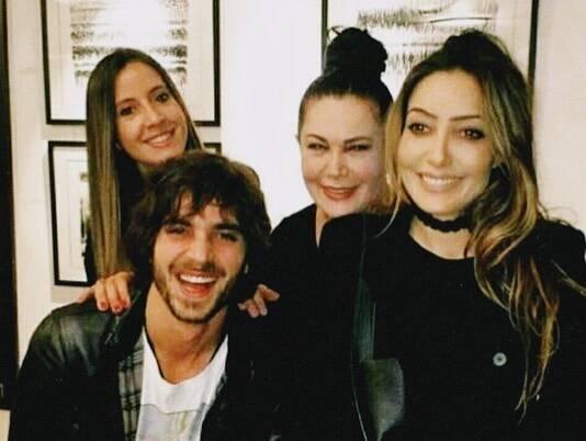 A mãe de Fiuk com seus três filhos (Foto: Instagram @oficialtaina)