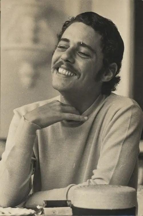 Em 1961, Chico Buarque e um amigo seu foram presos em flagrante, roubando um carro para dar umas voltas de madrugada. Com 17 anos o cantor ficou em liberdade condicional por 6 meses. (Foto: Reprodução/ Pinterest)