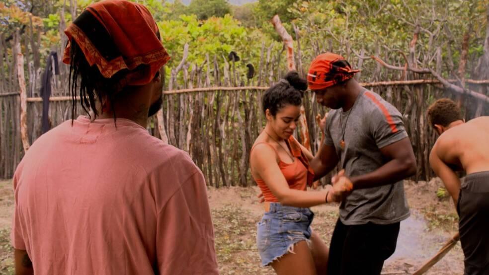Ilana und Zulu tanzen im Karkara-Stamm.  (Bild: Globo)