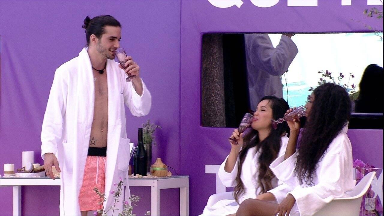Para mimar os finalistas, comidinhas e bebidas (Foto: Reprodução/Globo)