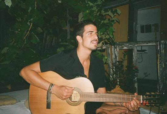 O jovem toca muito bem violão (Foto: Instagram/ @enzocelulari)