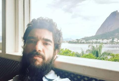 Caio é muito discreto (Foto: Instagram/ @caio_blat)